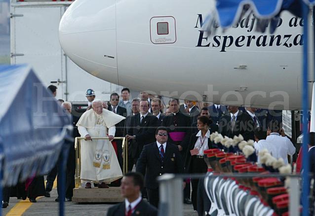 """El Papa Juan Pablo descendió del avión llamado """"Mensajero de Esperanza"""", procedente de Canadá. (Foto Prensa Libre: Hemeroteca)"""