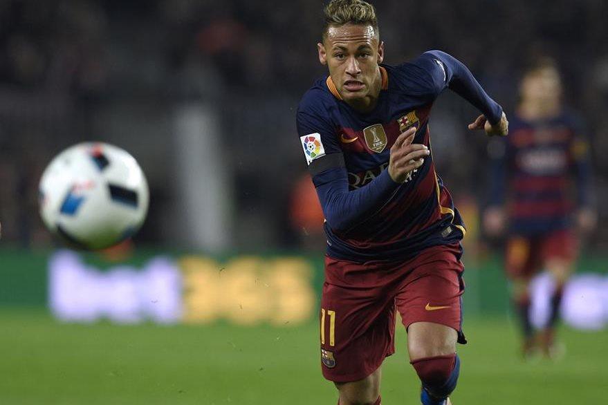 Neymar, estrella del FC Barcelona, está en la mira de varios equipos a nivel mundial, principalmente del PSG de Francia. (Foto Prensa Libre: AFP)
