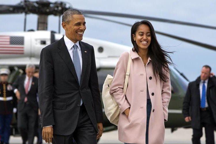 Malia (derecha) y su padre, Barack Obama (izquierda), durante una gira de trabajo en Estados Unidos. (Foto Prensa Libre: AP).