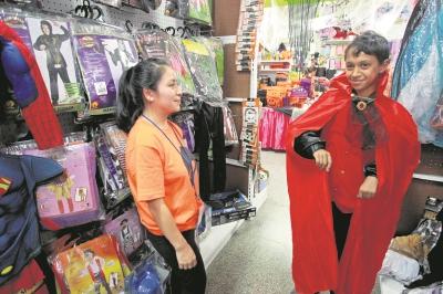 vendedores de disfraces señalan que las ventas no han sido las mejores durante este año.