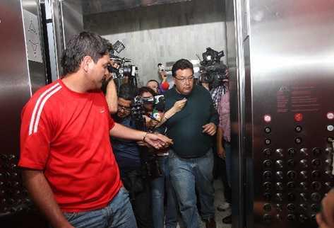 Carlos Castro y  César Barrientos Aguirre salen del juzgado que los ligó a proceso.