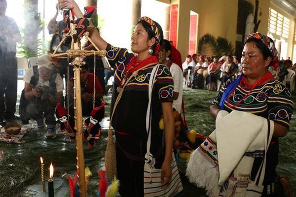 <p>Martina Pérez Velásquez, de Joyabaj, Quiché, en un ritual maya durante el Rabín Ajaw 2014 (Foto Prensa Libre: Eduardo Sam Chun).<br></p>