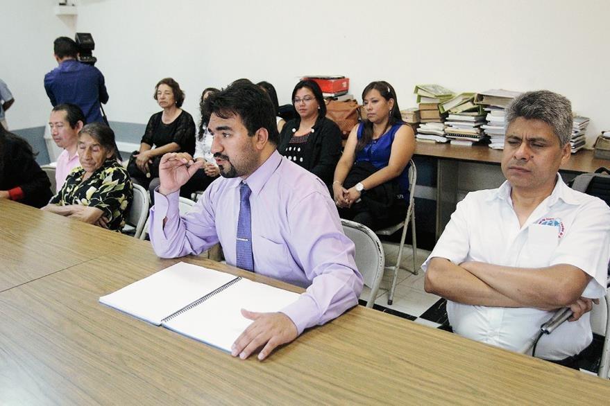 Luis Maldonado, de la Sociedad Bíblica de Guatemala, agradece los textos bíblicos (Foto Prensa Libre: Brenda Martínez)