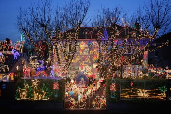 Adornar el exterior de la casa con luces navide as for Luces para exterior de casa