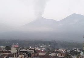 Desde el viernes se mantiene una columna visible de humo y ceniza. (Foto: @asgarjoro1212)