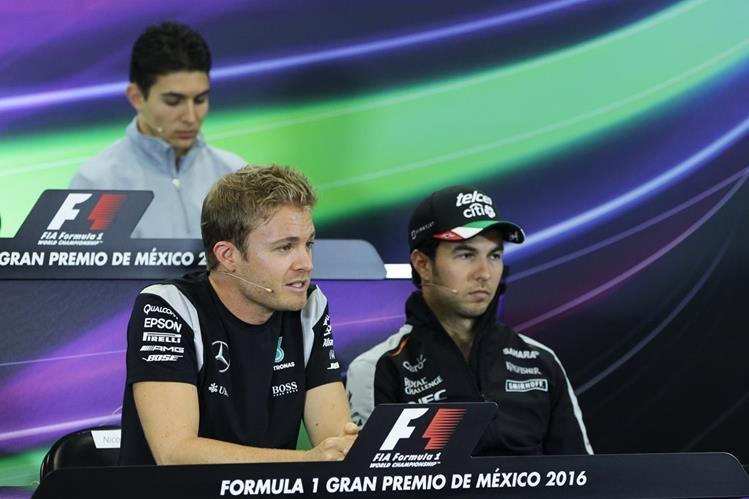 Nico Rosberg y Sergio Pérez durante la conferencia de prensa previo al Gran Premio de México. (Foto Prensa Libre: EFE)