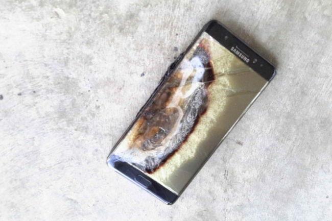 Los Note 7, de Samsung, llegaron al mercado con un defecto que hacía que sus baterías se incendiaran, y el cual nunca fue solucionado. (Foto Prensa Libre: mothership.sg).