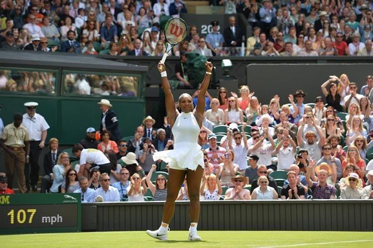 Serena es la gran figura de Wimbledon en la categoría femenina. (Foto Prensa Libre: AFP)