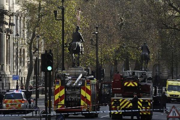 <p>La policía inglesa ha acordonado la zona para convencer al hombre de que baje. <br></p>