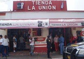 Las autoridades supervisan que en tiendas no se vendan bebidas alcohólicas a adultos ni a menores. (Foto Prensa Libre: Enrique Paredes)