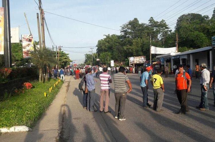 Decenas de maestros bloquean varias carreteras importantes de Guatemala este jueves.
