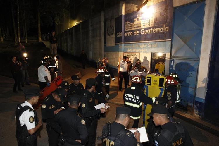 Los internos y no las autoridades tuvieron el control de la situación, con saldo de dos monitores muertos. (Foto: Paulo Raquec)