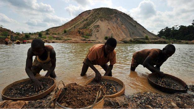 Cada grupo de mineros responde a un amo. AFP