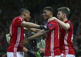 Marcus Rashford festeja con sus compañeros del Manchester United. (Foto Prensa Libre: AP)