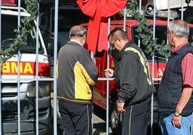 Bomberos Voluntarios cierran puertas de la estación Campo Escuela, en Xela. (Foto Prensa Libre: Carlos Ventura)
