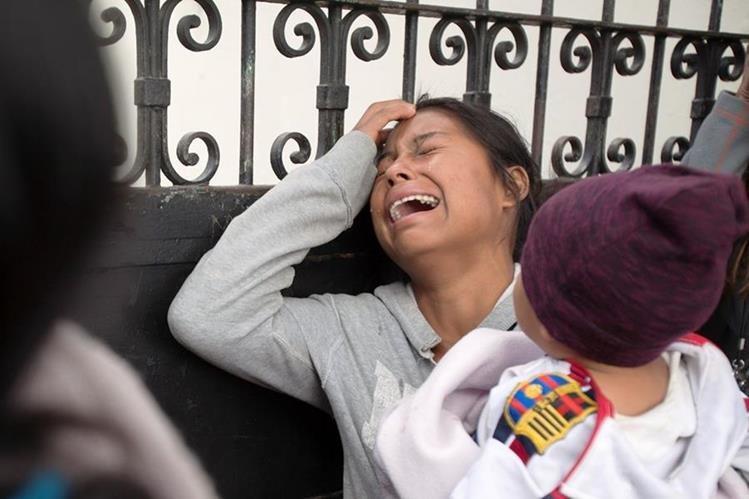La muerte 34 niñas en el Hogar Seguro desata críticas contra las instituciones a cargo y el Gobierno. (Foto Prensa Libre: AP)