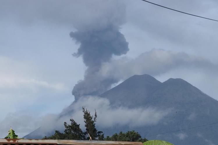Ceniza del Volcán de Fuego ha alcanzado poblados en Chimaltenango y Sacatepéquez. (Foto Prensa Libre: Víctor Chamalé)