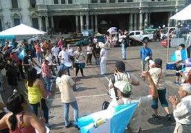 Guatemaltecos se reúnen para exigir cambios.