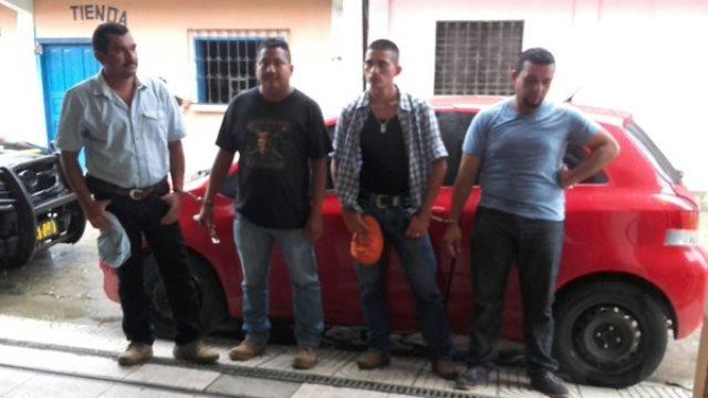 A los aprehendidos les decomisaron una pistola, municiones, marihuana, 11 celulares y dinero en efectivo. (Foto Prensa Libre: PNC)