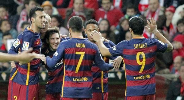 Los jugadores del Barcelona celebran junto a Lionel Messi su triunfo frente al Sporting. (Foto Prensa Libre: EFE)