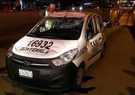 Conductor de taxi en aparente estado de ebriedad volcó vehículo en paso a desnivel en la Calle Martí Zona 6. (Foto Prensa Libre: Cortesía CBV)