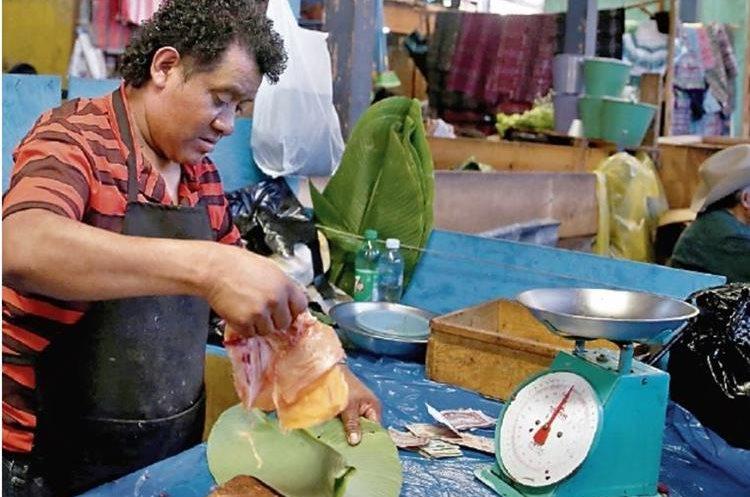 Comerciantes de San Pedro La Laguna, Sololá, cambiaron las bolsas de plástico por hojas de plátano. (Foto Prensa Libre: EFE)