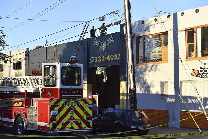 Bomberos controlaron el incendio en la mañana del sábado. (Foto Prensa Libre: AP)