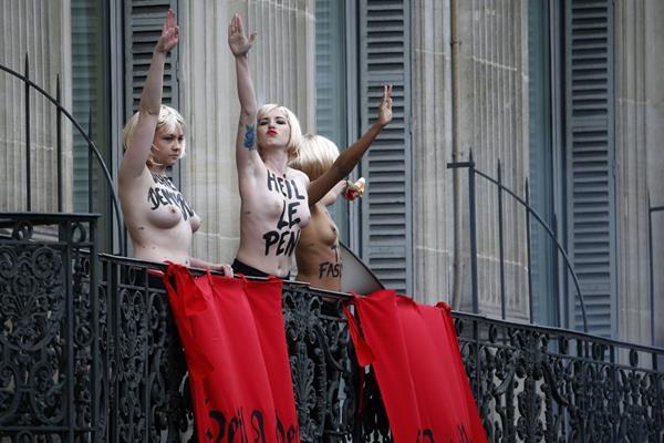 """""""Le Pen facista"""", se lee en los cuerpos de las activistas de Femen, que perturbaron el discurso de la política. (Foto Prensa Libre: AFP)."""