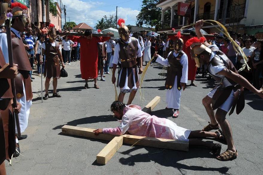 En Santa Cruz Naranjo, Santa Rosa, celebran la Pasión de Cristo en vivo. Más de 40 jóvenes de diferentes comunidades participan como actores, y es organizada por más de 300 feligreses. (Foto Prensa Libre: Oswaldo Cardona)