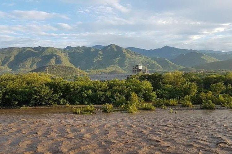 El río Motagua aumentó su caudal a su paso por la aldea El Rancho, San Agustín Acasuguastlán. (Foto Prensa Libre: Cortesía Rubén Paiz).