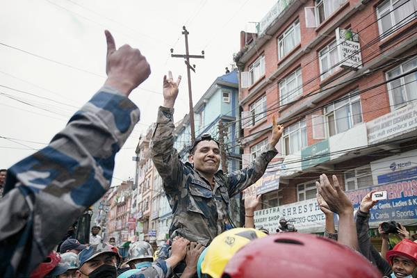 Varios policías celebran tras encontrar con vida a Pemba Tamang (no aparece en la imagen). (Foto Prensa Libre:EFE)
