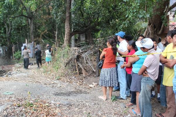 Autoridades  trabajan en  el lugar donde fue hallado un cadáver.