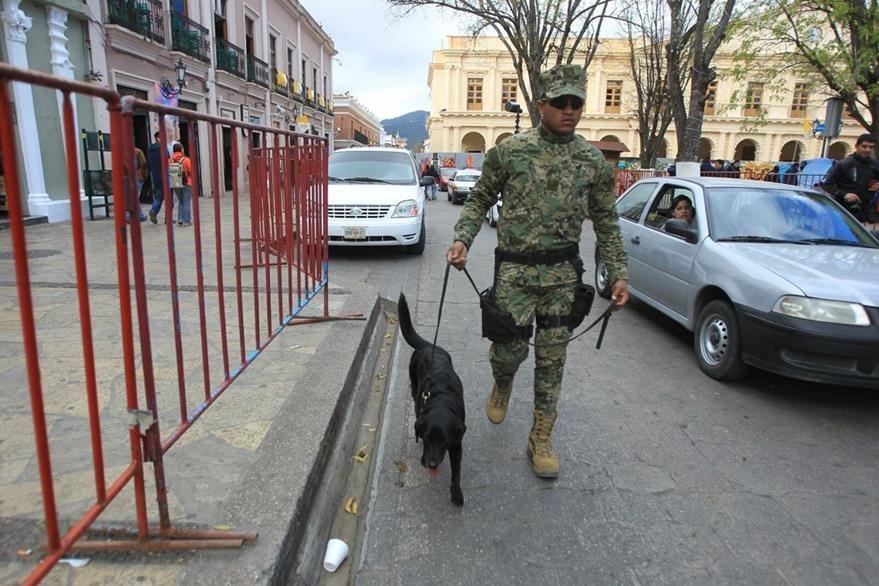 Policía Federal y militares resguardan el pueblo de Chiapas que recibirá al Papa Francisco este lunes. (Foto Prensa Libre: Esbin García)