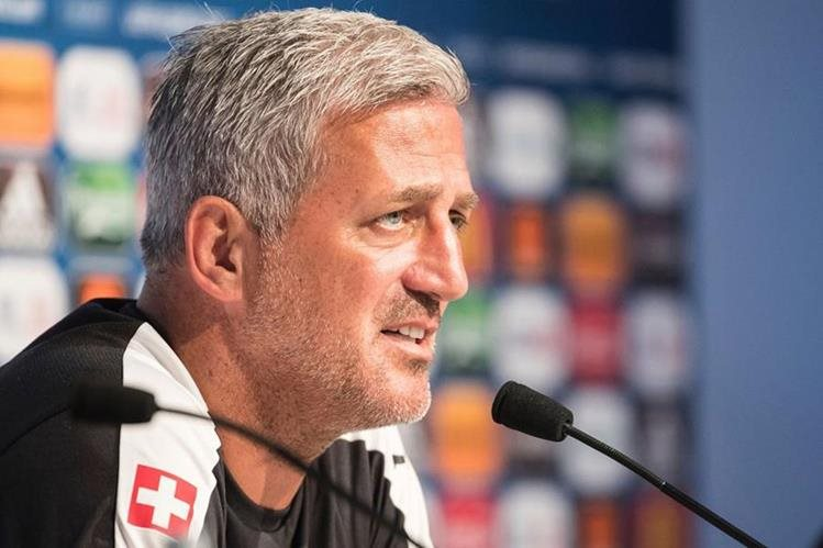 El técnico de Suiza Vladimir Petkovic durante la conferencia de prensa en Saint-Etienne. (Foto Prensa Libre: AFP)
