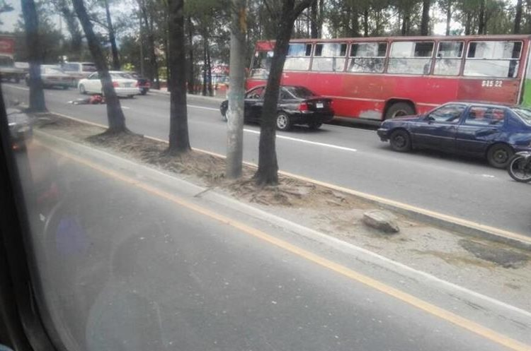 El el anillo periférico y calzada San Juan fue ejecutado un motorista que intentó robar un teléfono celular, según testigos.