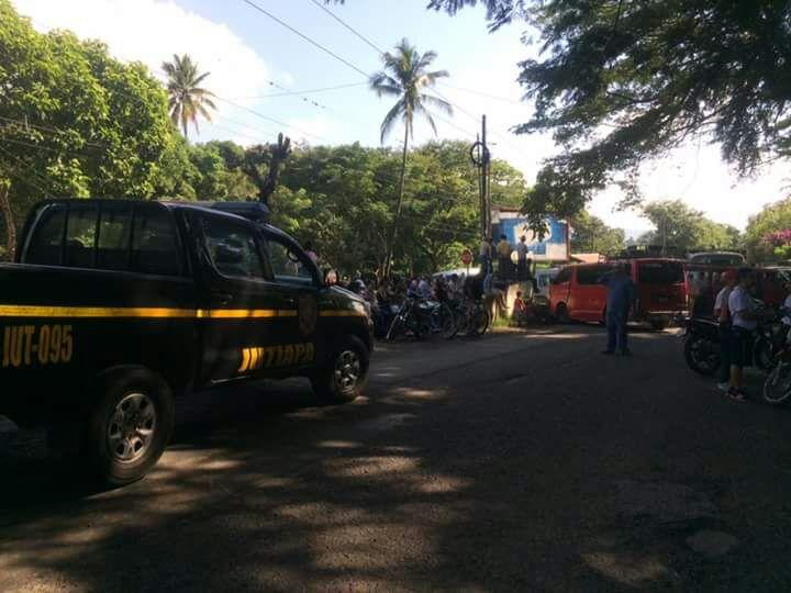 Pobladores impiden el paso de vehículos en varios puntos de la ruta a El Salvador, en Jutiapa. (Foto Prensa Libre: Provial)