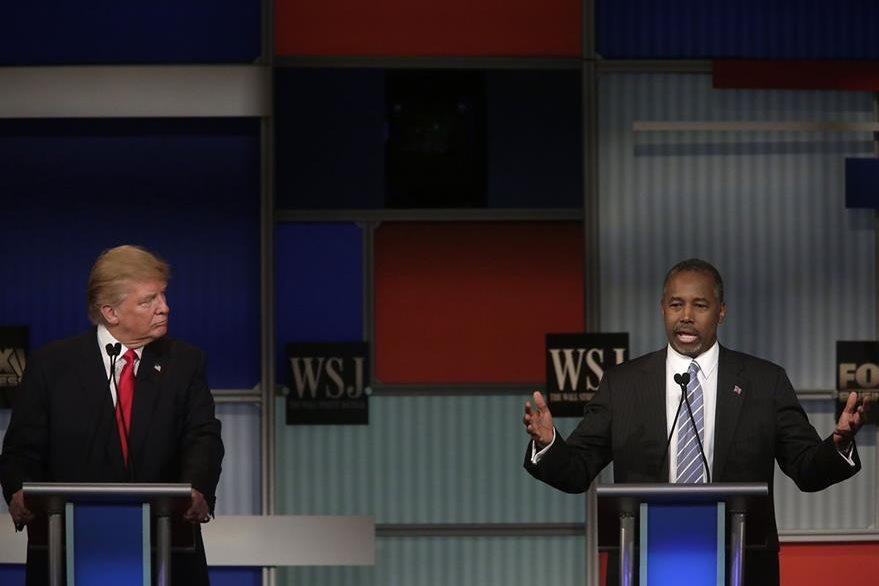 Donald Trump escucha a su contendiente Ben Carson, durante un debate presidencial del Partido Republicano. (Foto Prensa Libre: AFP).