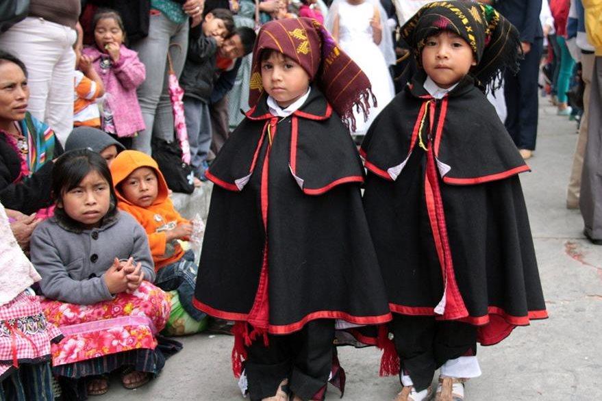 Niños participan en procesión de la Virgen del Rosario, en Quetzaltenango. (Foto Prensa Libre: Carlos Ventura)