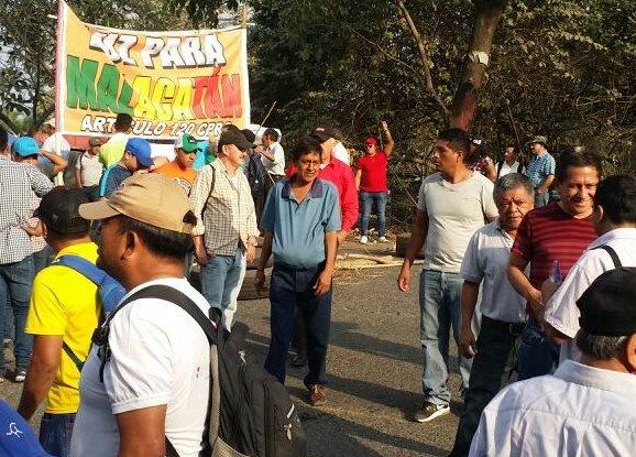 Unos 400 pobladores bloquearon el paso de vehículos en el crucero La Virgen. (Foto Prensa Libre: Whitmer Barrera)