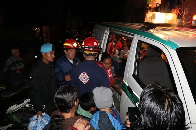 Las familias fueron trasladadas a albergue por socorristas. Foto Prensa Libre: Renato Melgar.
