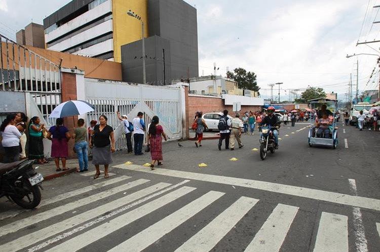 Personas llegan en búsqueda de atención al Hospital General  San Juan de Dios.