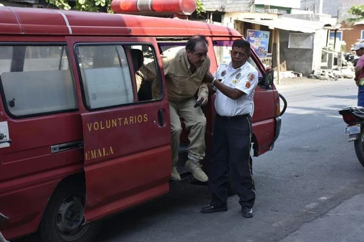 Bomberos Voluntarios trasladan a un hospital al piloto de una avioneta accidentada en Masagua, Escuintla. (Foto Prensa Libre: Carlos E. Paredes)