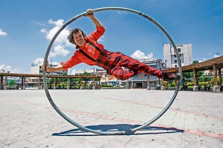 El malabarista Pancho Toralla combinará distintas artes en su montaje. (Foto Prensa Libre: Keneth Cruz)