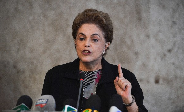 Dilma Rousseff, presidenta de Brasil, participa en una conferencia de prensa.