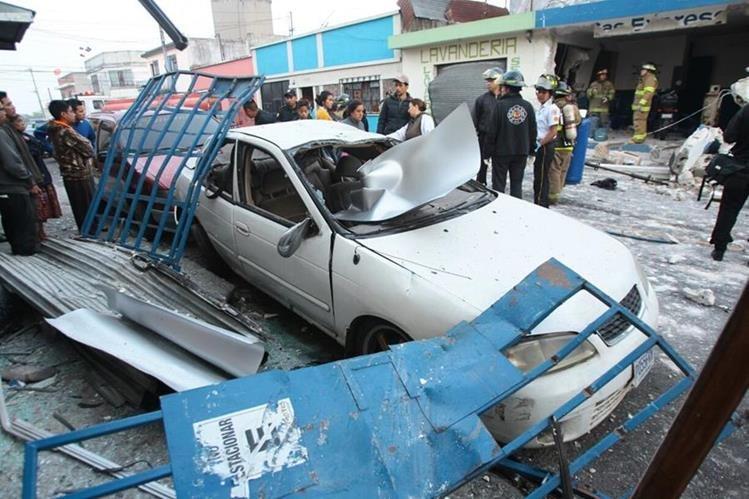 Dos viviendas dañadas y un vehículo deja la explosión de un expendio de gas en la zona 3. (Foto Prensa Libre: Érick Ávila)