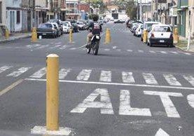 En la zona 12 se pueden observar varios bolardos.(Foto Prensa Libre: Carlos Ovalle)