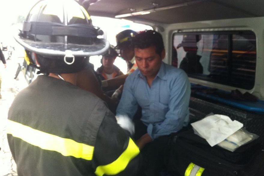 Un pasajero herido es atendido por socorristas luego de ataque a autobús en Antigua Guatemala. (Foto Prensa Libre: Miguel López)