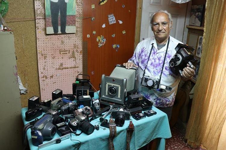 Manuel Maldonado de León colecciona las cámaras que ha utilizado durante más de 50 años. En la imagen toca la primera Camulet que ingresó al país. (Foto Prensa Libre: Mike Castillo).