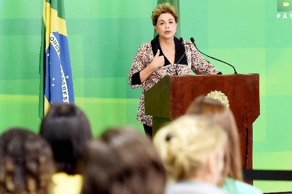 Dilma Rousseff, habla durante una conferencia de prensa con corresponsales extranjeros. (AFP).
