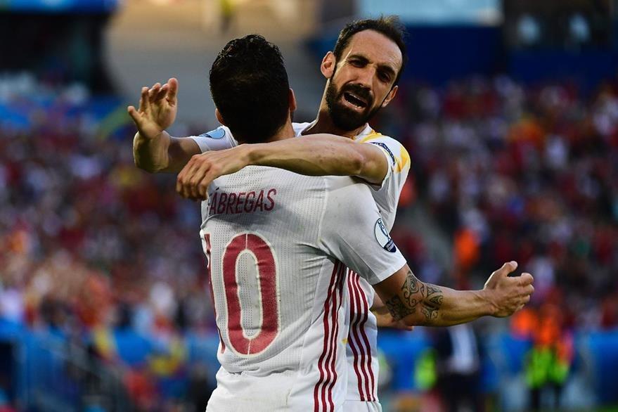 Fábregas y Juanfran celebran el gol anotado por su compañero Álvaro Morata, frente a Croacia. (Foto Prensa Libre: AFP)